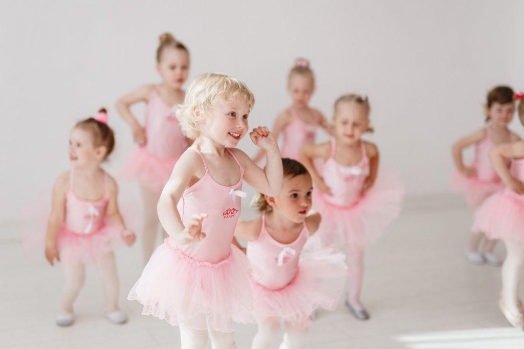 Трехлетки на занятии хореографии для детей