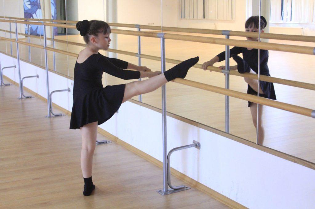 Ребенок работает с хореографическим станом