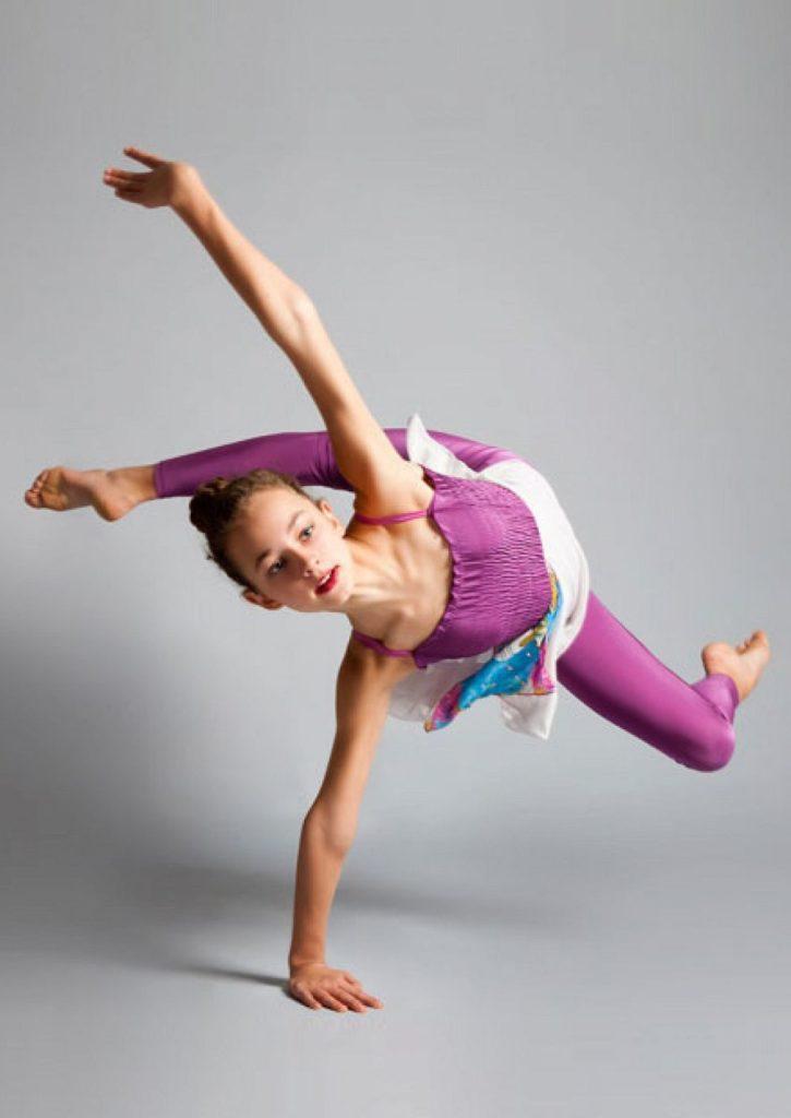 Девушка выполняет сложный танцевальный элемент