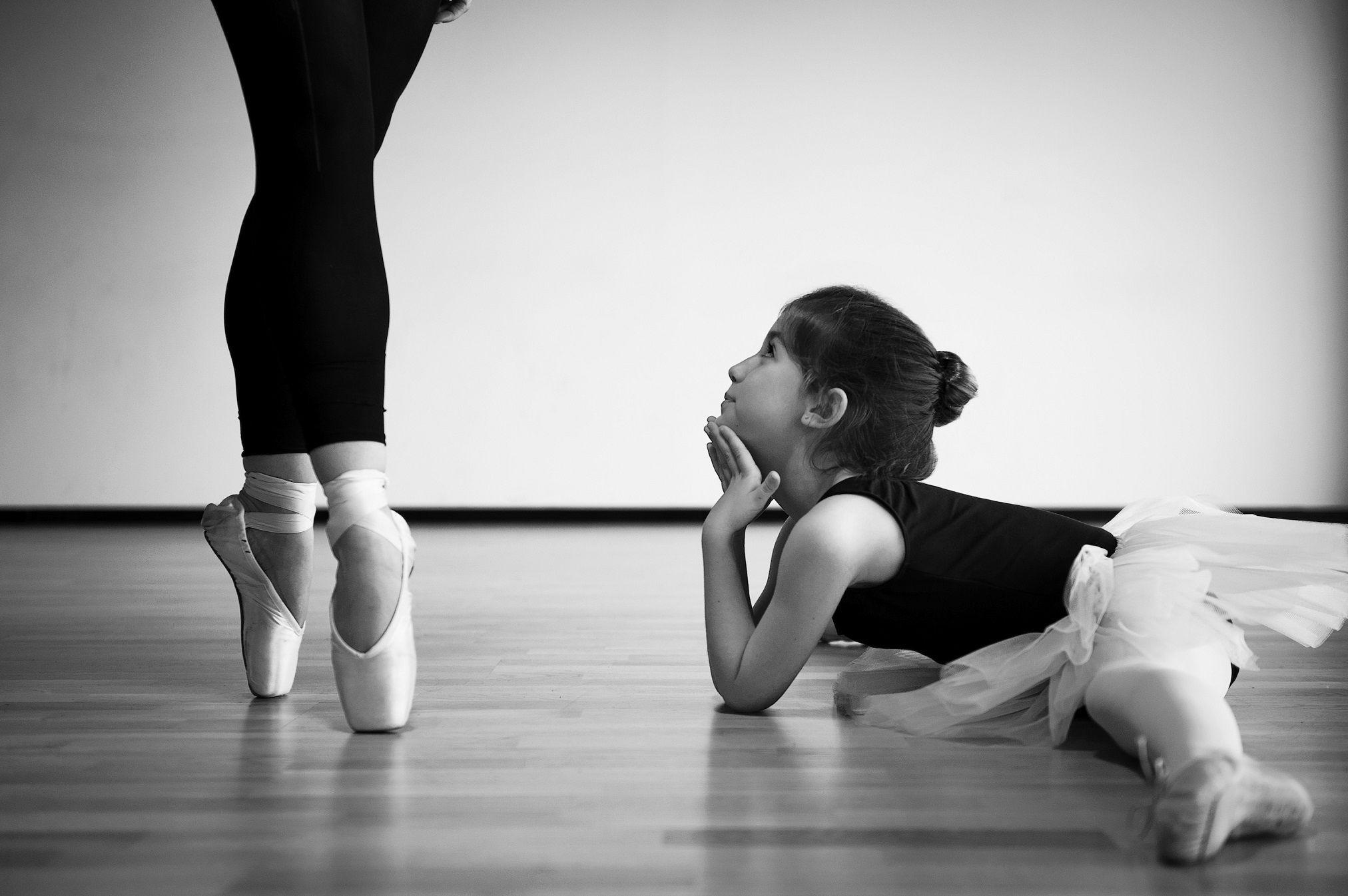 Девочка смотрит на взрослую балерину