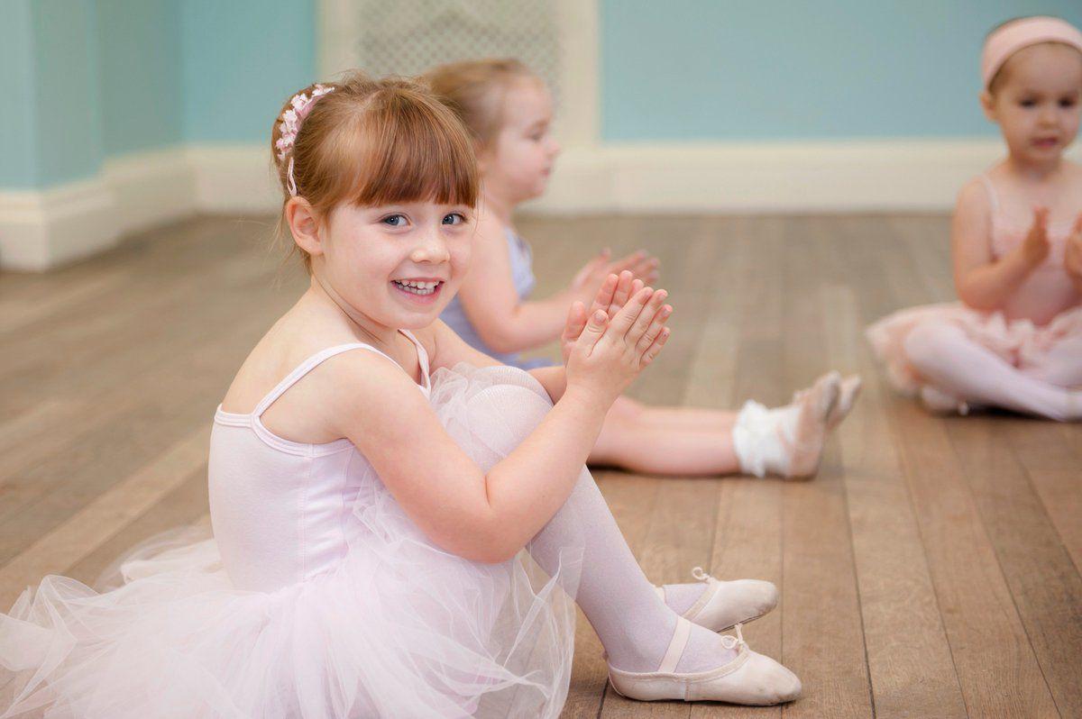 Малыши на занятии классической хореографией