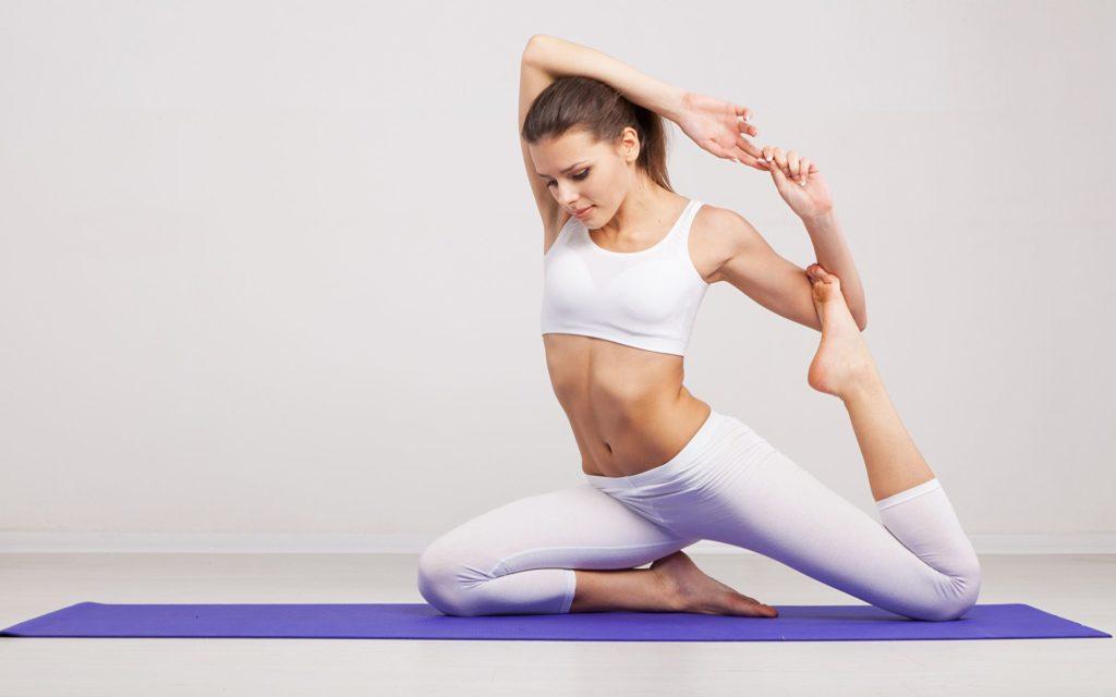 Девушка выполняет упражнение на растяжку