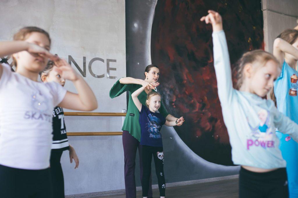 Педагог исправляет ошибки ребенка в танце